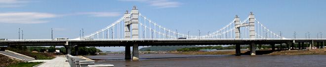 (1)西十一条路地道桥:位于西十一条路北端,西海林街和西平安街之间,由四座单体跨西十一条路和兴中路交汇处的铁路桥梁组成。是牡丹江西部南北交通的主要通道。自北向南分别是滨绥线铁路桥,牡图线铁路桥,行人过街桥和铁路专用线桥梁。桥梁长短大致相同,宽度各不一样。1989年6月完工,9月正式通车。   维修中的地道桥 地道桥之下 西十一条路地道桥侧影 确实是交通要道 (2)光华地道桥:又称东四地道桥。位于东四条路北端,北安路和滨绥、牡佳铁路的交汇处。是并排建筑的两座单体桥梁,规模相当。北边的一座是牡佳铁路的通道;